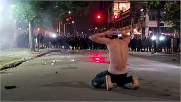反歧視示威升溫!西雅圖群眾架傘陣對抗警察催淚彈