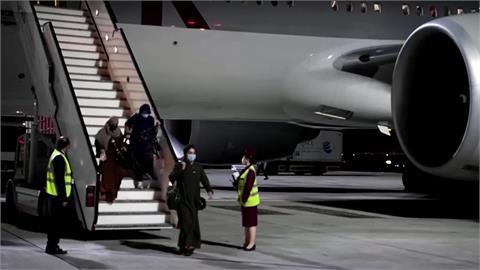 塔利班掌權後 首架客機載上百人離境飛杜哈