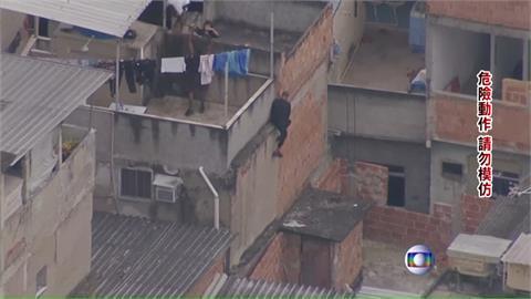裝甲車直升機都出動!巴西警貧民窟抓毒販釀25死