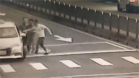 酒醉乘客要求計程車違規迴轉 司機拒絕被毆打