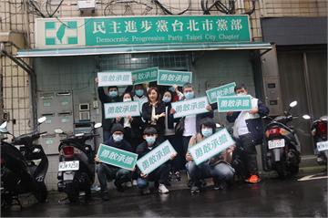 快新聞/民進黨北市黨部主委選舉 前議員顏聖冠搶頭香領表登記