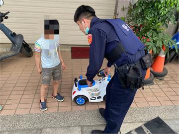 快新聞/沒跟媽媽說! 男童獨自開「愛車」兜風 員警「查扣」助尋回家路