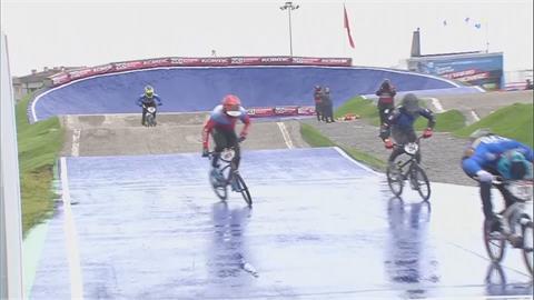 極限單車競速賽遇雨濕滑 選手過彎大摔車