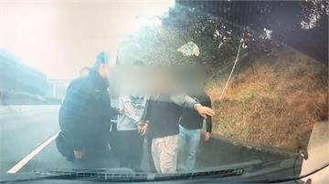 衰!半路巧遇4仇家 駕車互撞下秒上演棍棒大亂鬥 男全身血送醫