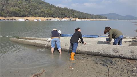 黑白石、生死線!   湖山水庫蓄水率剩49% 「滿水位線」露出!