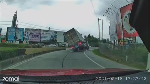 轉彎重心不穩! 聯結車交流道上翻車
