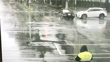 分局前闖紅燈撞車肇逃 警追駕駛身分