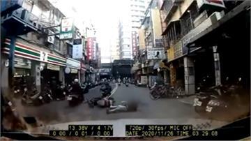 騎士倒車躺路中 竟然是跟媽媽賭氣