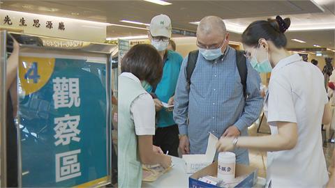 開放軍人、65歲以上長者!公費AZ疫苗擴大施打 出現排隊人潮