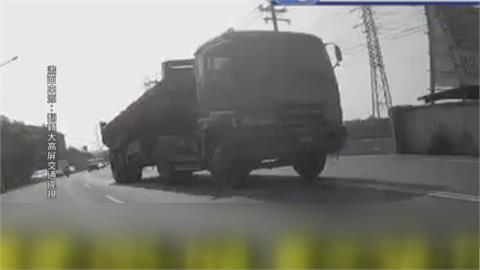 不要命!砂石車跨越雙黃線開進快車道省時間?逆向超車上百米 後方駕駛剉哩等