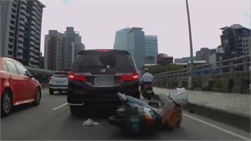 騎士「鐵頭功」撞破汽車擋風玻璃 未注意回堵追撞前車 幸僅下顎挫傷