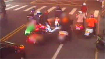 不滿後照鏡被擦撞  2騎士當街扭打
