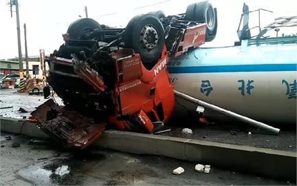 快新聞/命大!台61線液態氮槽車從高架橋上翻落地面 34歲駕駛僅輕傷