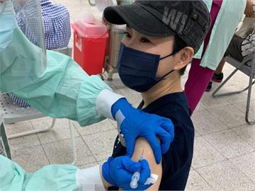 帕金森氏症病魔纏身!54歲詹雅雯順利「接種疫苗」比出1手勢