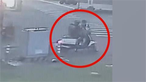 盤查無照男逃逸 竟騎車衝撞員警