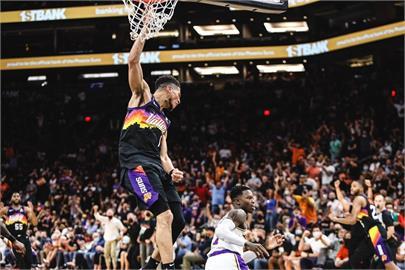 NBA/布克34分艾頓雙十 太陽季後賽首戰扳倒湖人