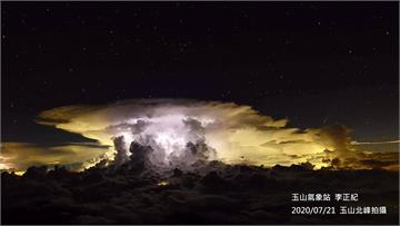 快新聞/雨炸嘉義一整夜竟炸出「超夢幻奇景」! 玉山氣象站捕捉到「彗星和雲彩共舞」