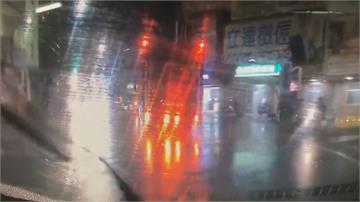 貨車輾斃騎士 外送員路過棄單淋雨搶救
