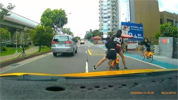 母湯! 3小女生Ubike雙載嬉鬧騎車  險遭撞
