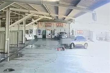 快新聞/驚悚畫面曝! 10歲童洗車場空地玩耍 遭休旅車輾壓2次僅輕傷