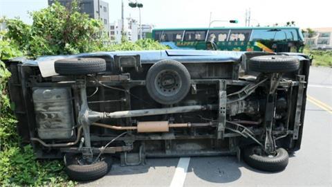 小客車與遊覽車路口擦撞   客車當場翻覆!