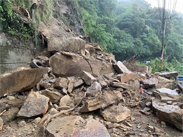 快新聞/豪雨強襲竹122線! 土石鬆動大面積崩塌險砸中車輛