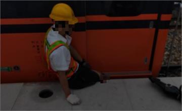 快新聞/引導列車進站卻跌落月台 台鐵站務員右腿卡列車與月台隙縫