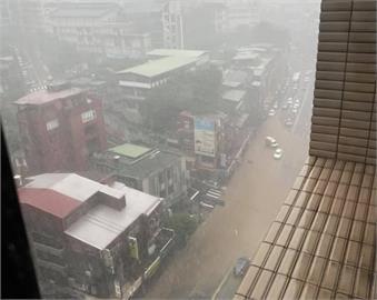 快新聞/雷雨炸雙北! 新店大雨夾帶泥流淹路面 文山、大安、信義區淹水警戒