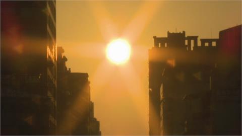 搶拍懸日奇景! 攝影巨砲擠爆台中公益路天橋
