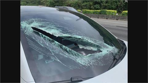 國道驚魂!小貨車飛出木板砸破特斯拉擋風玻璃 正妹駕駛:有陰影