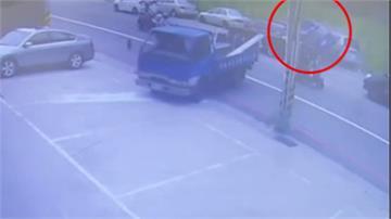 轎車突然暴衝撞上前車 再「騎上」路旁車輛車頂