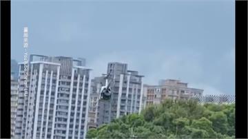 連千毅賣過的那台! 淡水住宅區驚見直升機馬路起降