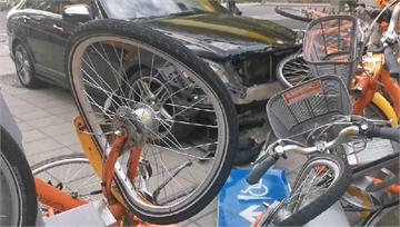 快新聞/新北重機與賓士路口碰撞! 再撞ubike站毀10台腳踏車