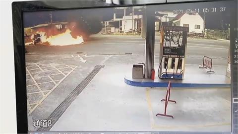 轎車疑車速過快煞車不及 撞上小貨車燒成火球 駕駛命大輕傷