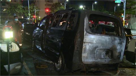 新北露天停車場發生火燒車 業者疑遭人挾怨縱火