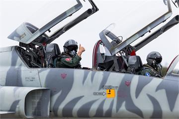 快新聞/F-5戰機停飛特檢後首飛 空軍司令熊厚基同乘「提振軍心士氣」