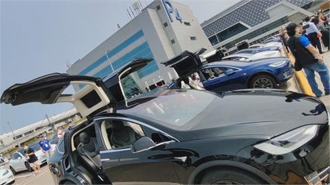秀車逛免稅店 70台特斯拉齊聚機場停車場