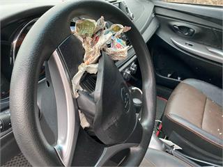 快新聞/安全氣囊爆開「全塞滿報紙」! 小客車駕駛腦內出血送醫觀察