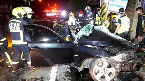 疑車速過快過彎失控 轎車撞樹1死2傷
