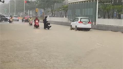 大雨狂炸! 高雄夢時代水淹車輪高 車子全被卡路中