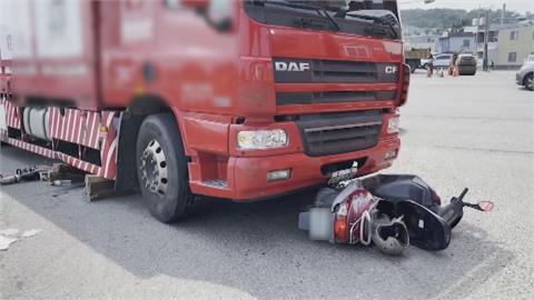 婦人騎車併行大貨車 轉彎遭捲進車底!目擊駕駛大叫:完蛋了