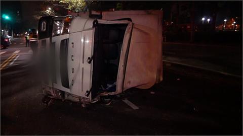 貨車被撞翻滾數圈 女乘客被拋飛沒了呼吸
