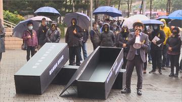 快新聞/七成旅宿業者控未獲國旅補助款 搬「黑棺」赴北市府抗議