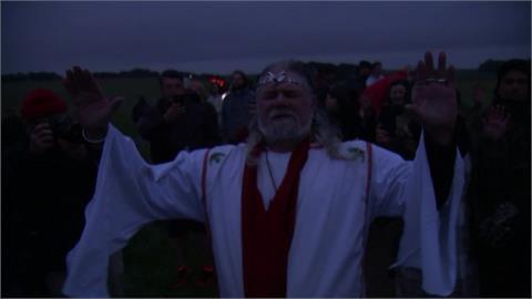 英國傳統活動迎夏至!民眾齊聚巨石陣「從深夜守到破曉」慶祝