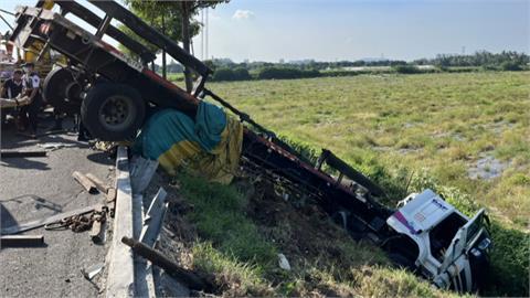 疑爆胎失速! 撞飛2車 肇事駕駛竟棄車逃逸