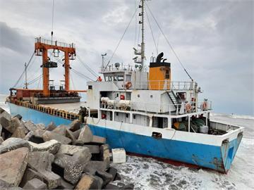 快新聞/颱風外圍環流挾強風! 海上風浪過大布袋商港貨輪擱淺