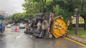 疑駕駛頭暈身體不適 環保局吸泥車路口翻車