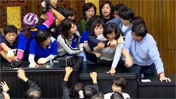 立院清場爆激烈肢體衝突 綠營搶回主席台迎接周五投票