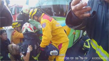 離奇!18歲女騎士對撞公車 雙腿「插進車頭」身體倒掛