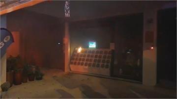 電動車電池交換站起火飄燒焦味!警消破門關電源 全程乾粉滅火器滅火